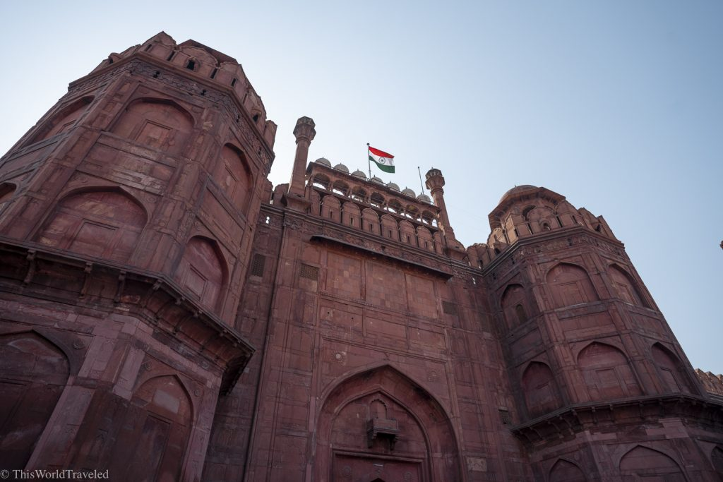 Large red building which is the red fort in Delhi, India.