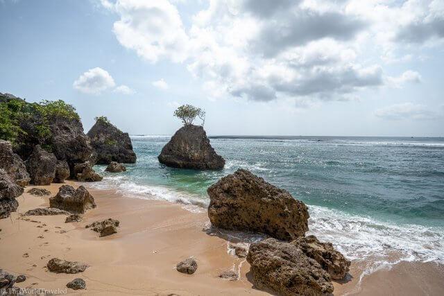 The turqouise water and large rocks at Bingin Beach in Uluwatu, Bali