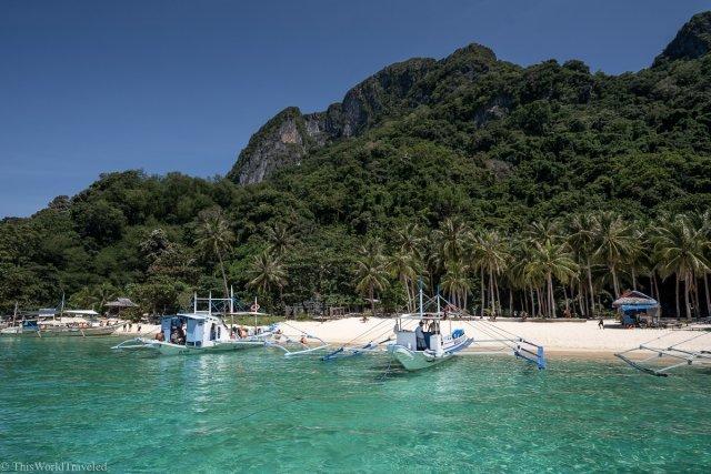 Turqouise water and sandy beach in El Nido, Palawan