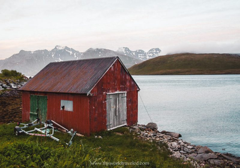 The small red house that indicates the parking for the Kvalvika hike